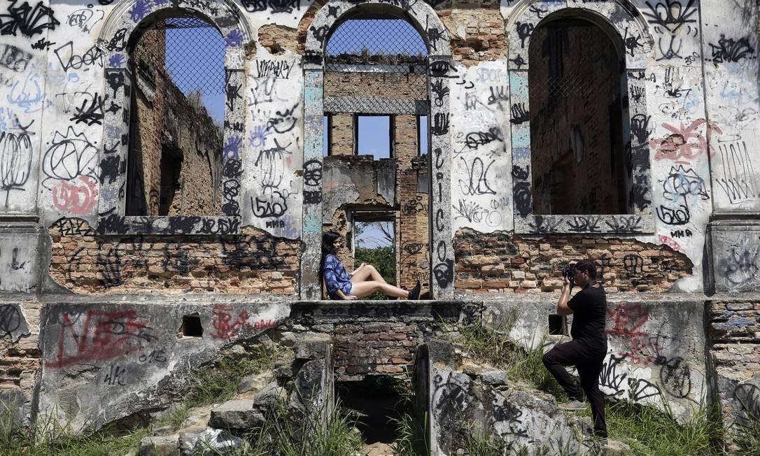 Triste retrato. Modelo posa para fotógrafo em ensaio de moda na Fazenda São Bernardino, em Nova Iguaçu: propriedade já teve cavalariças, garagem para carruagens e engenhos de cana, mas hoje não passa de um prédio em ruínas Gustavo Miranda / Agência O Globo
