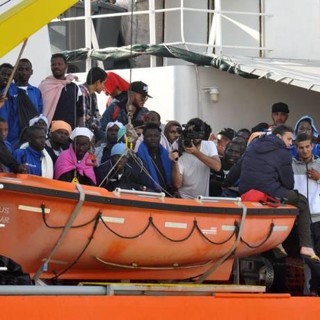 Crise mediterrânea. Migrantes africanos desembarcam em Palermo, na Sicília; Itália é porta de entrada para quem sonha com vida melhor na Europa Foto: ALESSANDRO FUCARINI / AFP