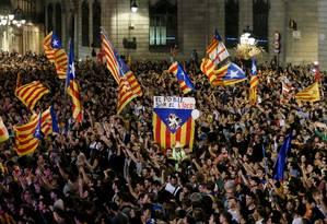 Separatistas catalães se reúnem em Barcelona após a declaração de independência Foto: PAU BARRENA / AFP