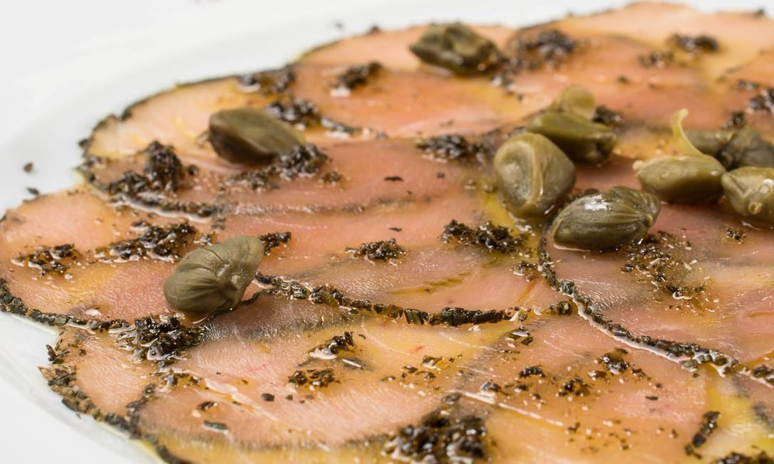 Gero. O carpaccio de atum marinado é servido em crosta de ervas com alcaparras fritas (R$ 67). A casa também conta com o de peixe branco com salada, alcaparras e tomate cereja (R$ 63). Rua Aníbal de Mendonça 157, Ipanema (2239-8158). Seg a sex, do meio-dia às 16h e das 19h à 1h. Sáb, do meio-dia à 1h30m. Dom, do meio-dia à meia-noite. Foto: Lipe Borges / Divulgação