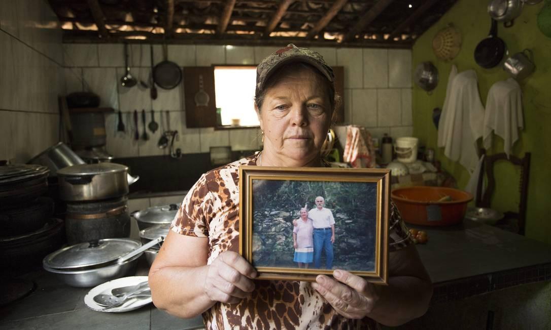 Valdalice Arcanjo, moradora do Sítio Córrego Seco, em Paracatu de Cima, mostra foto da sogra Terezinha, que sonhava ver um moinho do local reconstruído Ana Branco / Agência O Globo