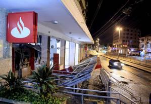 Bandidos explodiram os caixas eletrônicos do Banco Santander na Avenida Vicente de Carvalho, na Vila da Penha Foto: Uanderson Fernandes / Agência O Globo