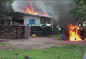Sede do Ibama em Humaitá, no Amazonas: prédio e viaturas incendiadas Foto: Reprodução/ TV Globo