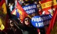 Espanhóis pedem a prisão de Puigdemont durante manifestação em Madri