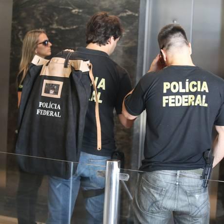 Polícia Federal faz apreensões na casa de alvo da Lava-Jato: projetos querem restringir operações Foto: Fabiano Rocha / Agência O Globo