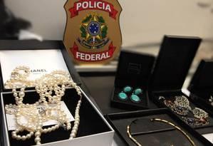 Segundo investigadores, Cabral comprou dezenas de joias para lavar dinheiro Foto: Agência O Globo