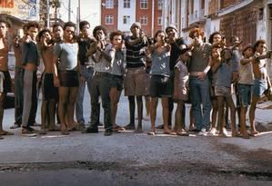 Na cena de 'Cidade de Deus', jovens armados na favela: diretor Fernando Meirelles diz que seu filme mostra como a ausência do estado abriu espaço para que leis próprias tomassem conta das comunidades Foto: Reprodução
