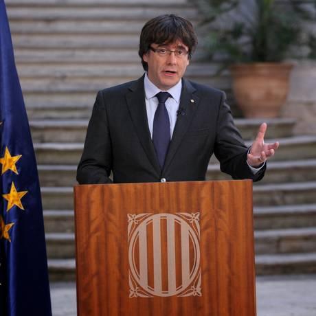 O presidente destituído da Catalunha, Carles Puigdemont, faz uma declaração um dia após a declaração de independência em Girona Foto: HANDOUT / REUTERS