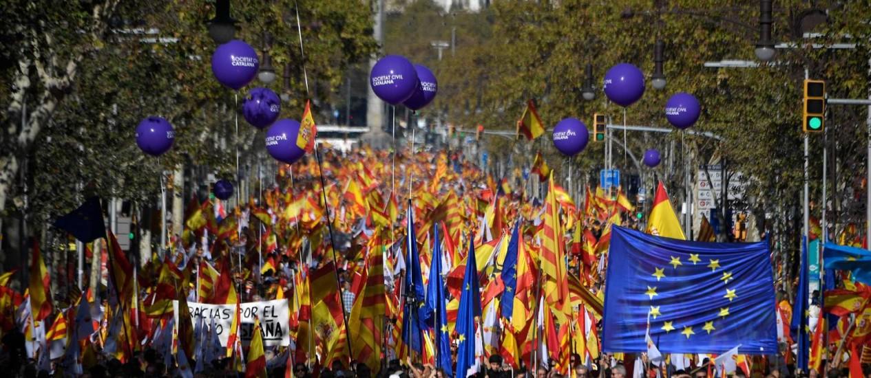 Manifestantes se reúnem em marcha pedindo união da Espanha, em Barcelona Foto: LLUIS GENE / AFP