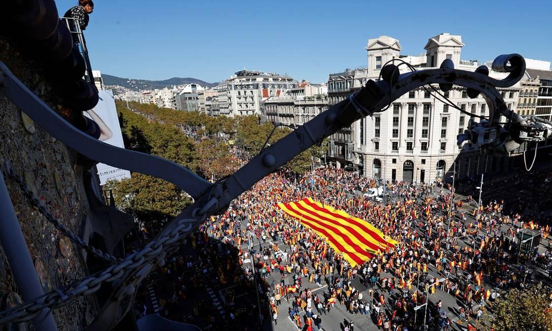 """Manifestantes a favor da unidade da Espanha se reúnem no centro de Barcelona. Os organizadores da marcha dizem que o objetivo é defender a unidade do país e rejeitar o """"ataque à História da democracia"""" Foto: YVES HERMAN / REUTERS"""