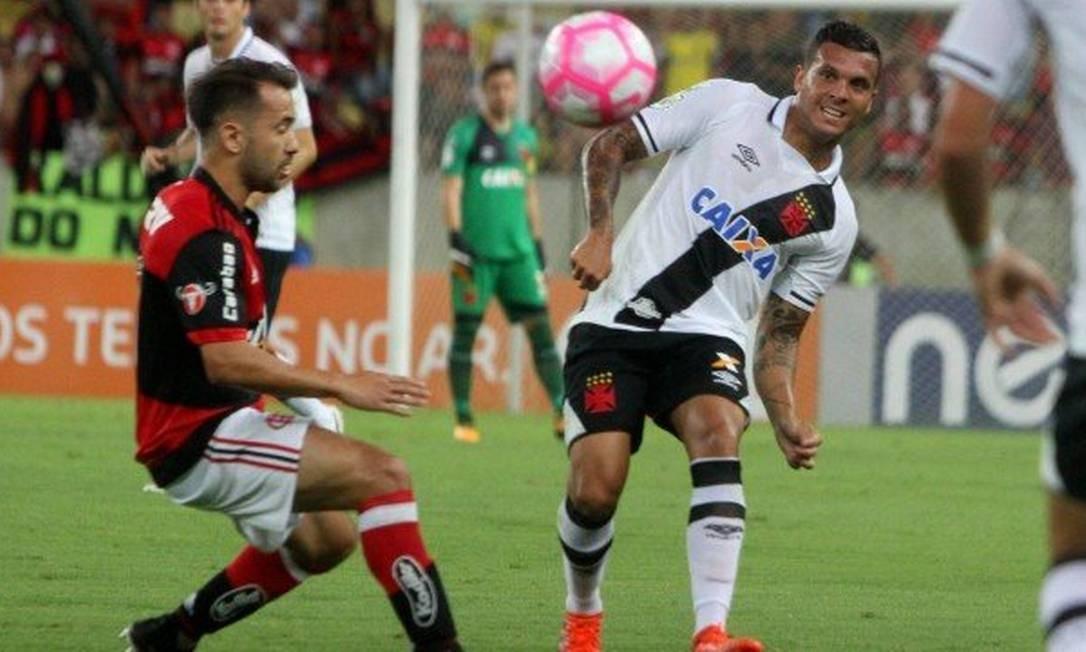 43a3920af5 Ramon rompe ligamento do joelho e não joga mais pelo Vasco em 2017 - Jornal  O Globo