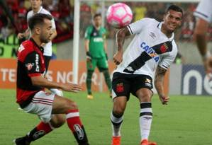 O lateral-esquerdo Ramon, do Vasco, é marcado por Éverton Ribeiro, do Flamengo, no clássico no Maracanã Foto: Paulo Fernandes/Vasco/Divulgação/28.10.2017