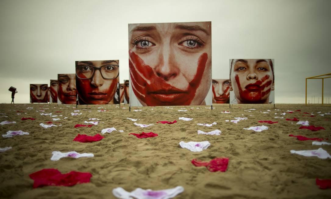 Ato da ONG Rio de Paz na Praia de Copacabana, em junho de 2016, denunciava os abusos sofridos pelas mulheres Foto: Márcia Foletto (Arquivo) / Agência O Globo