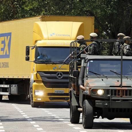 Caminhão dos Correios com provas do Emem é escoltado pelo Exército Foto: Edilson Dantas / Edilson Dantas/Agência O Globo/27-09-2017