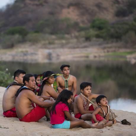 O documentário mostra como os Krenak tiveram que adaptar seus hábitos após a avalanche de lama invadir o Rio Doce Foto: Fernando Lemos / Agência O Globo