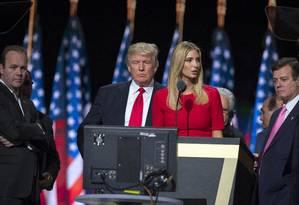 Trump e a filha Ivanka cercados por Gates e Manafort na campanha: os dois assessores foram indiciados Foto: Evan Vucci / AP