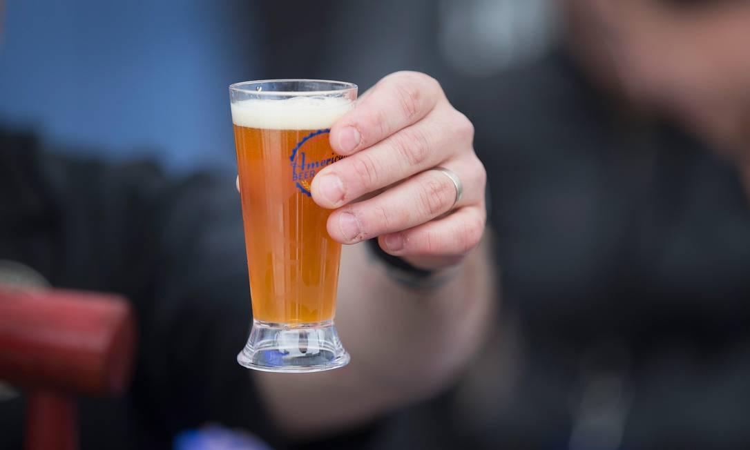Dietas de contagem de calorias são apontadas como parcialmente responsáveis pleo problema, já que um copo de cerveja pode ter tantas calorias quanto uma fatia de pizza Foto: AFP/SCOTT OLSON