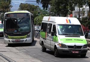 Vans circulam pelo mesmo trajeto de ônibus na Zona Norte do Rio Foto: Fabiano Rocha / Agência O Globo