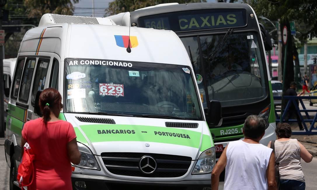 Vans e ônibus em rua da Zona Norte do Rio Foto: Fabiano Rocha / Agência O Globo