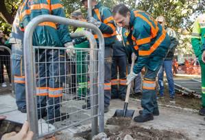 O prefeito de São Paulo, João Doria, ajuda a instalar grades de proteção durante operação do programa Cidade Linda Foto: Tom Vieira Freitas / Fotoarena / Agência O Globo