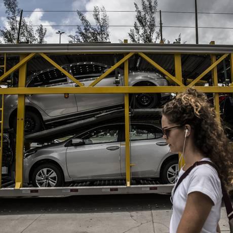 Transporte de veículos para uma revendedora, no Rio. Foto: Dado Galdieri/Bloomberg
