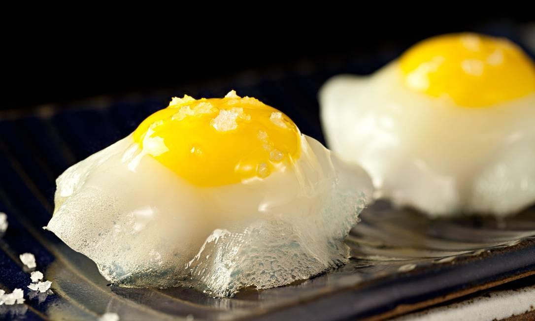 Sushi Leblon. Uma das criações mais curiosas da casa é o sushi de ovo de Codorna, que vem com azeite trufado e peixe agulhão branco (R$ 26 a dupla). Rua Dias Ferreira 256, Leblon (2512-7830). Seg, do meio-dia às 16h e das 19h à 1h30. Ter a sáb, do meio-dia à 1h30. Dom, das 13h à meia-noite. Foto: Rodrigo Azevedo / Divulgação