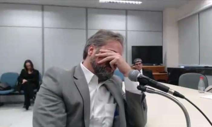 Pedro Augusto Cortes Xavier Bastos, ex-gerente da Petrobras, chora durante depoimento ao juiz Sergio Moro Foto: Reprodução