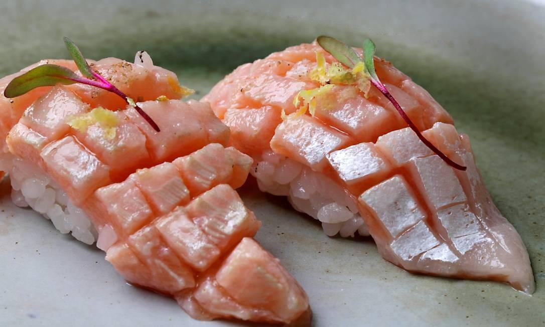 Soy. O chef Carlos Ohata oferece na casa o shakê hara, feito com sushi de barriga de salmão com raspas de limão siciliano e azeite trufado (R$ 17 a dupla). Rua Santa Clara 33, Copacabana (2235-4000). Seg a qui, das 11h30m à meia-noite. Sex e sáb, das 11h30m à 1h. Dom, do meio-dia às 23h. Foto: PH Studio / Divulgação