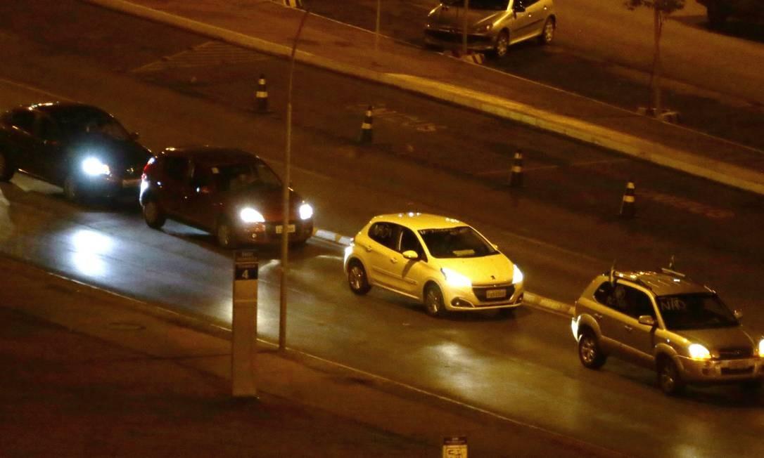 Motoristas do aplicativo Uber fazem buzinaço nas ruas de Brasília,nas primeiras horas desta terça-feira Foto: Jorge William / Agência O Globo