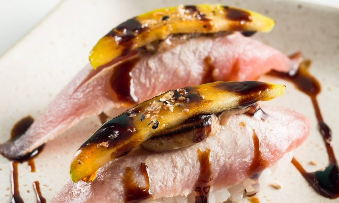 Gurumê. O niguiri de atum chega à mesa com foie gras e é docinho, finalizado com maçã verde caramelizada (R$ 29 a dupla). Fashion Mall. Estrada da Gávea 899, Gávea (3324-4290). Diariamente, do meio-dia à meia-noite. Foto: Divulgação