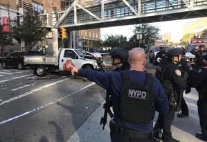Forças contraterroristas da polícia de Nova York isolam área onde caminhonete atingiu pedestres Foto: Reprodução