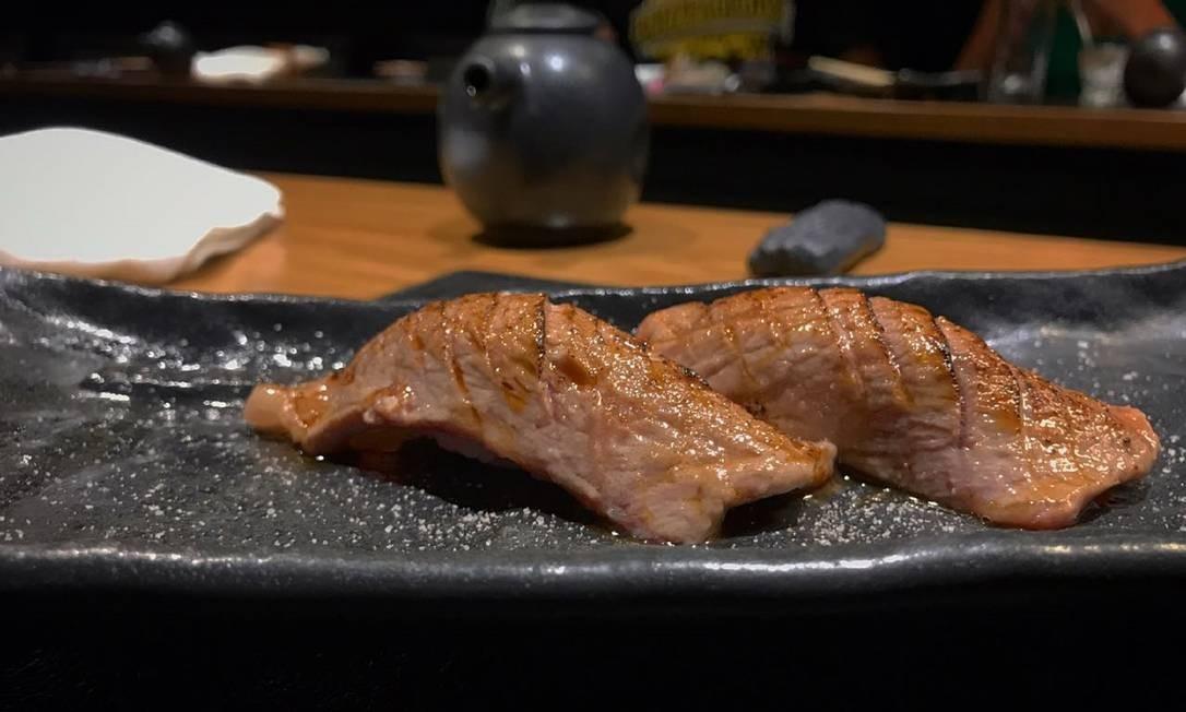 Let'Sushi Izakaya. Na casa recém-inaugurado no Leblon, uma das duplas mais exóticas é do sushi de wagyu, feito com carne de boi japonês (R$ 32 a unidade). Rua Humberto de Campos 827, Leblon (2143-8561). Almoço. Seg a sex, das 11h30m às 15h, sáb, das 11h30m às 16h. Jantar. Seg a qua, das 18h30m à meia-noite. Qui à sáb, das 18h30m às 00h30m. Foto: Divulgação