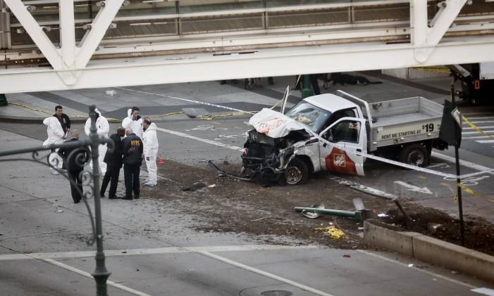 Policiais investigam o local em que uma caminhonete atropelou várias pessoas em Lower Manhattan, matando oito Foto: Bebeto Matthews / AP