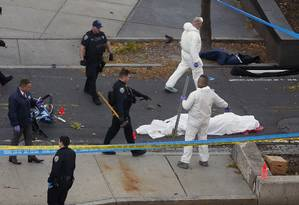Corpo de vítima de atropelamento terrorista é coberto em Manhattan Foto: Bebeto Matthews / AP