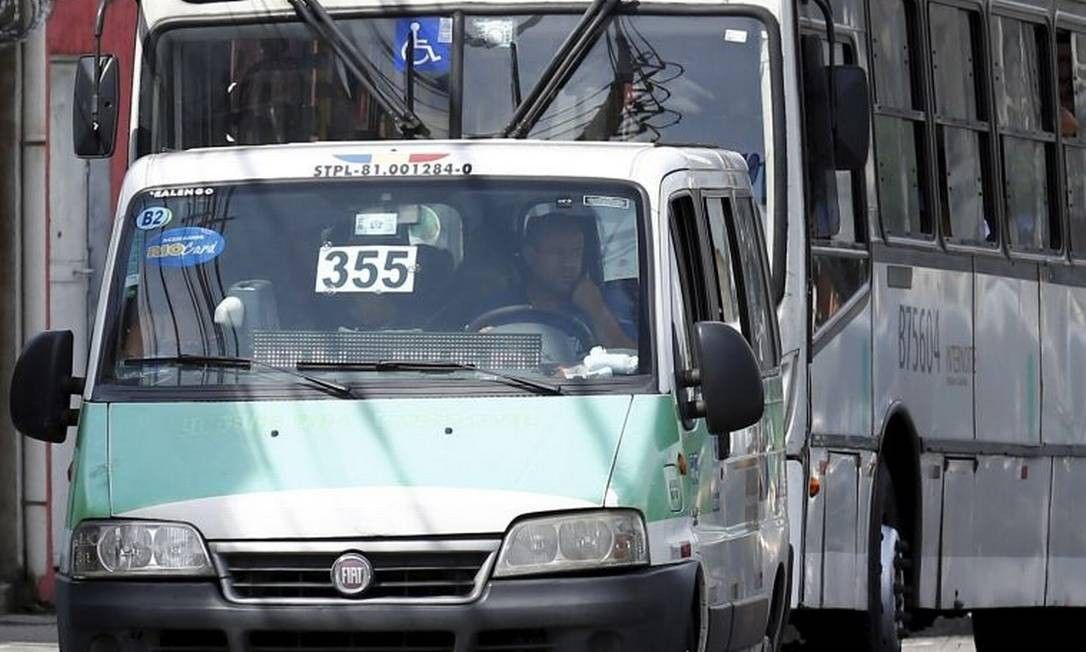 Irregularidade. Van exibe número de linha de ônibus com a qual concorre Foto: Agência O Globo