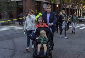 Assustados, pais levam crianças de escola após atentado em Manhattan Foto: Andres Kudacki / AP