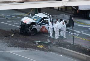 Investigadores inspecionam carro usado em ataque Foto: DON EMMERT / AFP