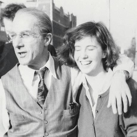 Dustin Hoffman e Anna Graham Hunter no set de 'A morte do caixeiro-viajante' Foto: Reprodução