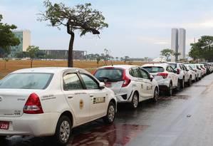 Fila de táxis na Esplanada dos Ministérios, em Brasília, antes de votação no Senado de projeto de lei que regulamenta aplicativos de transporte Foto: Sergio Lima/AFP31-10-2017