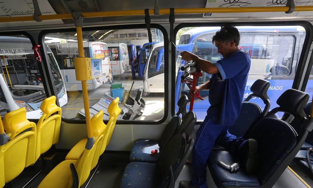 Mecânico faz reparos na em ônibus da Viação Redentor Custódio Coimbra / Agência O Globo
