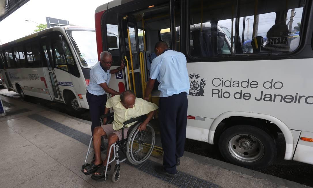 O cadeirante José Francisco Sobrinho teve que esperar o quinto ônibus para conseguri embarcar. Os quatro primeiros coletivos estavam com o equipamento da porta sem funcionar Custódio Coimbra / Agência O Globo