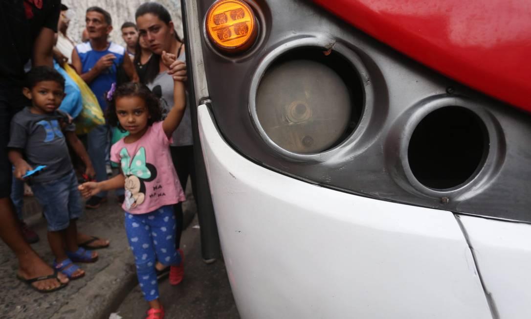Ônibus sem farol dianteiro. Flagrante foi feito no terminal de Campo Grande Custódio Coimbra / Agência O Globo