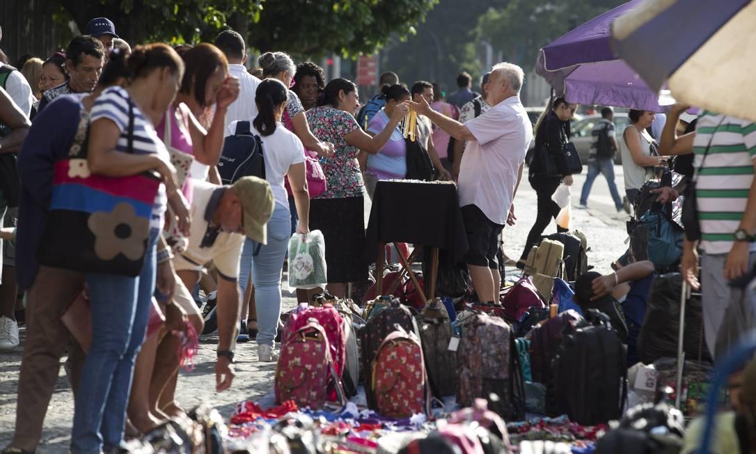 Ambulantes vendem todo tipo de mercadoria na saída do metrô na Central do Brasil no início da manhã Márcia Foletto / Agência O Globo