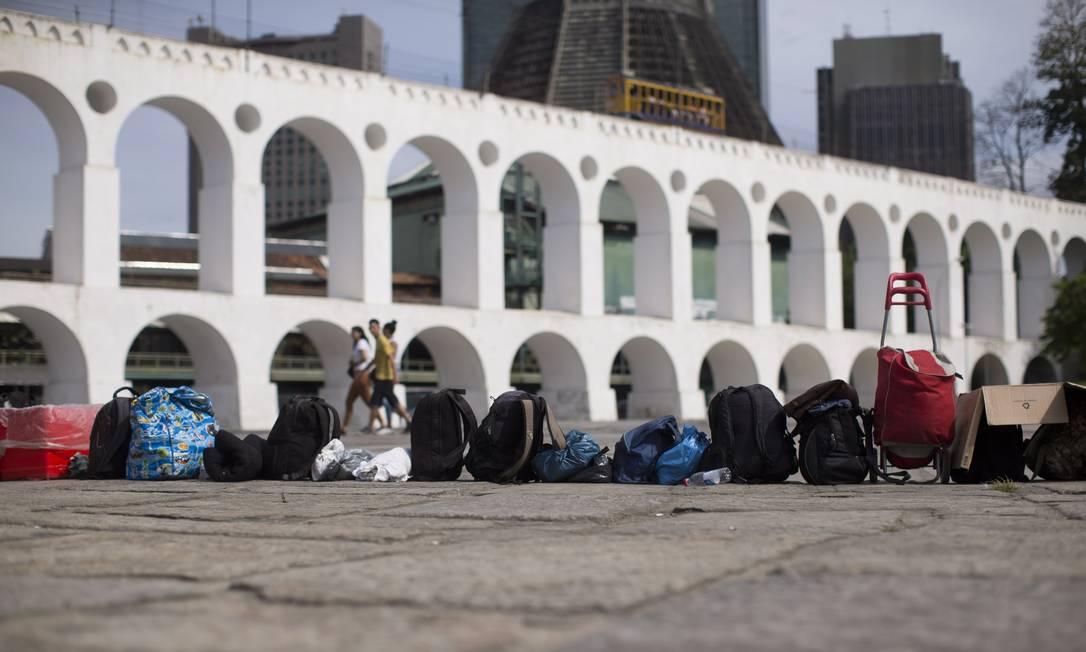 Na Lapa, fila improvisada com mochilas para pegar van que leva os moradores de rua para dormir em um hotel na Rua de Santana Márcia Foletto / Agência O Globo