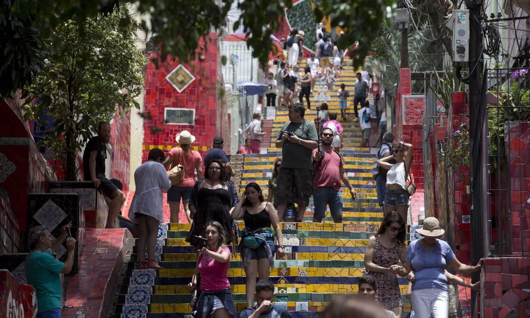 O movimento de turistas é grande na Escadaria Selaron, às 12h20 Márcia Foletto / Agência O Globo