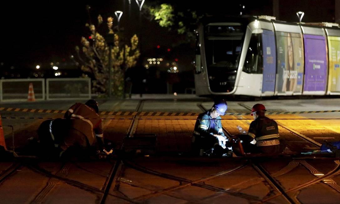 Operários fazem manutenção do VLT às 1h35 na Praça Quinze Domingos Peixoto / Agência O Globo