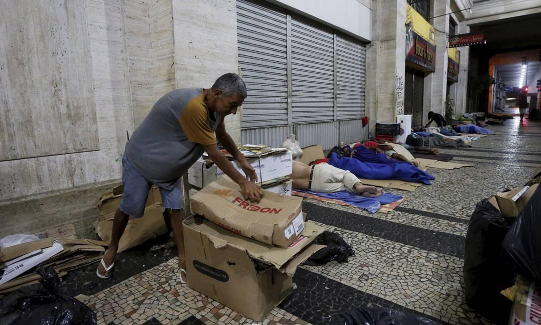 Catador recolhe papelões na Avenida Almirante Barroso no início da tarde Domingos Peixoto / Agência O Globo