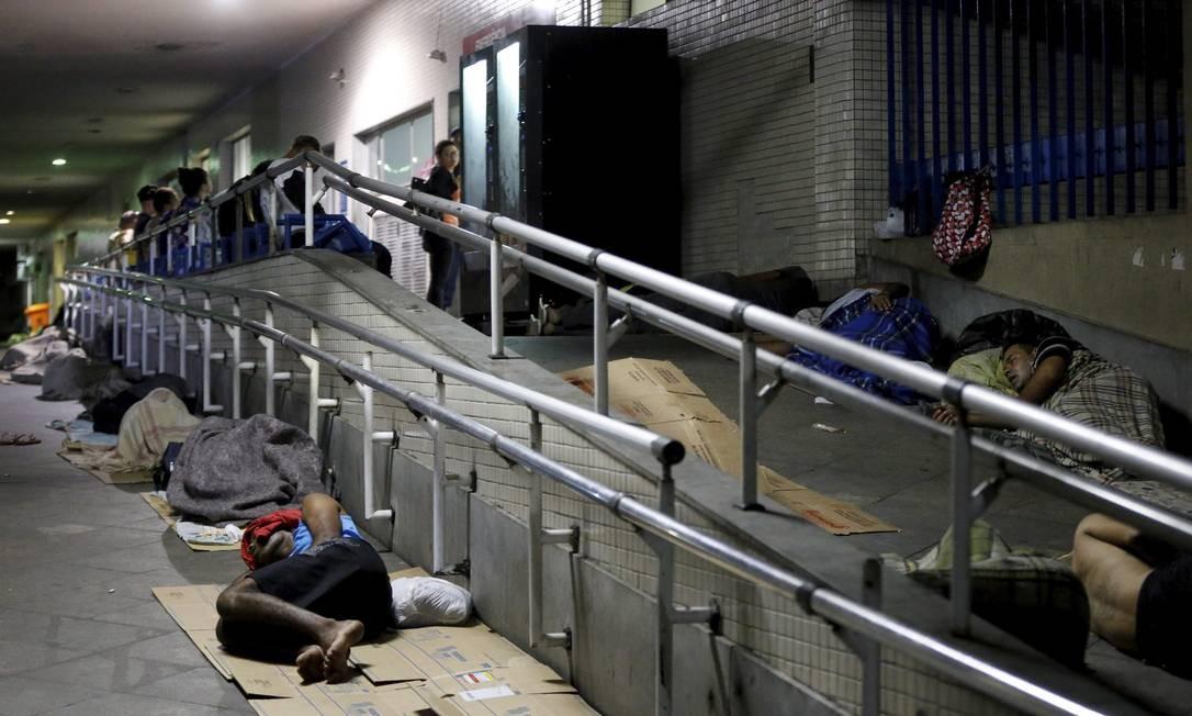 Moradores de rua dormem em rampa do Hospital Souza Aguiar na madrugada Domingos Peixoto / Agência O Globo
