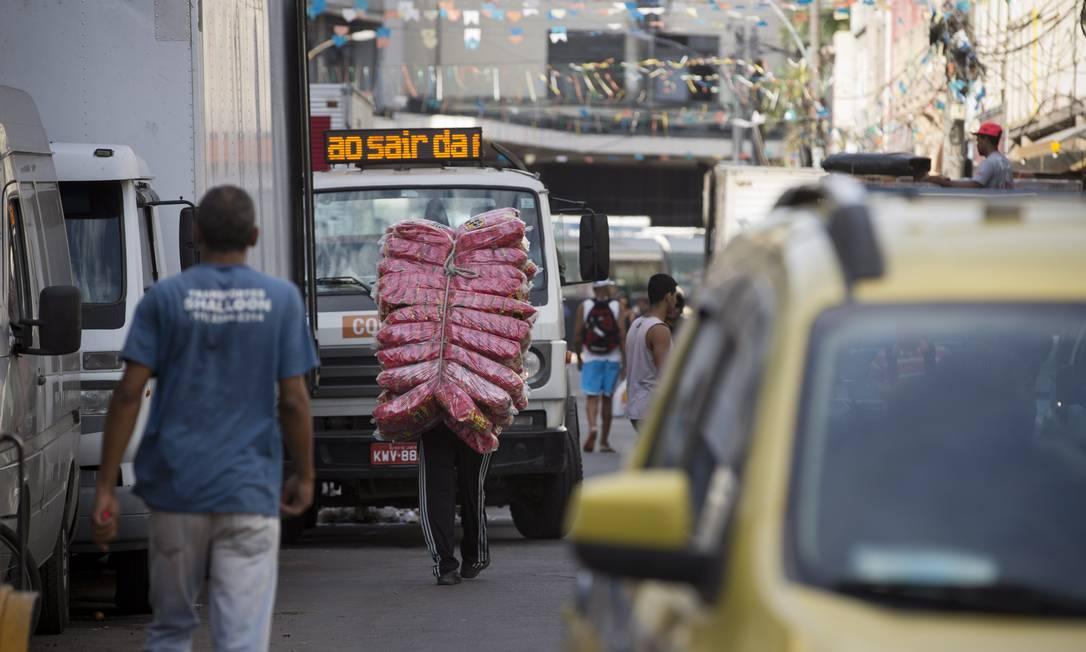 Confusão de carros, pedestres, carregadores e ambulantes na Rua Senador Pompeu, próximo à Central do Brasil, às 8h24 Márcia Foletto / Agência O Globo
