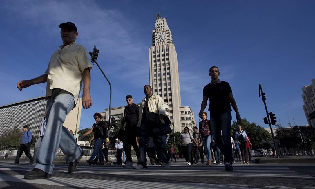 Pedestres atravessam a Avenida Presidente Vargas às 7h34. Nos arredores da Central, o Centro do Rio pulsa acelerado num dia normal trabalho Márcia Foletto / Agência O Globo